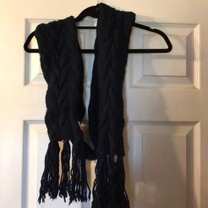 Hollister navy blue cable knit scarf